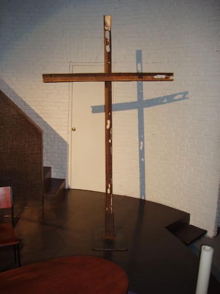 In den Passionszeiten steht in unserem Gottesdienstraum ein besonderes Kreuz. Geschweißt aus rostigen Trägern, die aus Renovierungsarbeiten an Fenstern unseres Kirchengebäudes stammen. Das Kreuz steht bewußt schräg in seinem Fuß aus Stahl. Es erinnert darin an die schräg und bizarr aufragenden Trümmer von World Trade Center 9 /11 - ein modernes Golgata !
